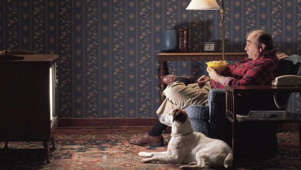 un-homme-seul-avec-son-chien-devant-devant-la-television-10724479mdyyx_1713
